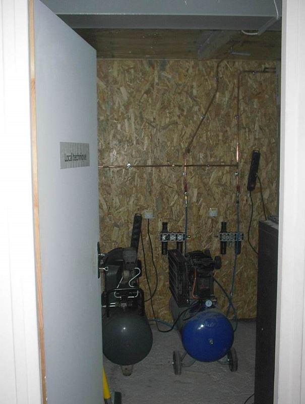 Salle technique pour les compresseurs, à droite, non visibles, des armoires de stockage, par exemple pour des rallonges électriques