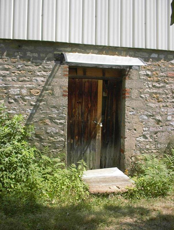 L'entrée extérieure du local du milieu à aménager