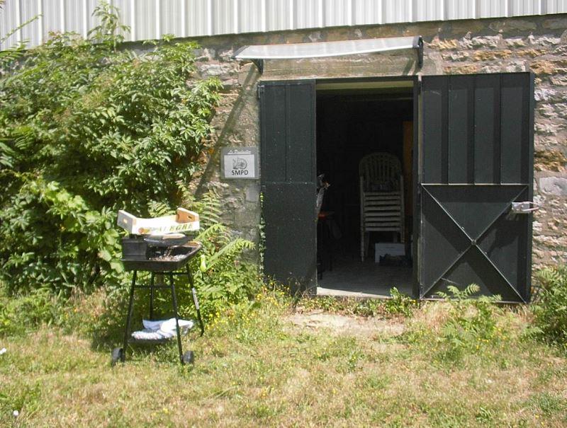 L'entrée du local du fond pour le stockage des minéraux et fossiles, du barbecue et des chaises de jardin