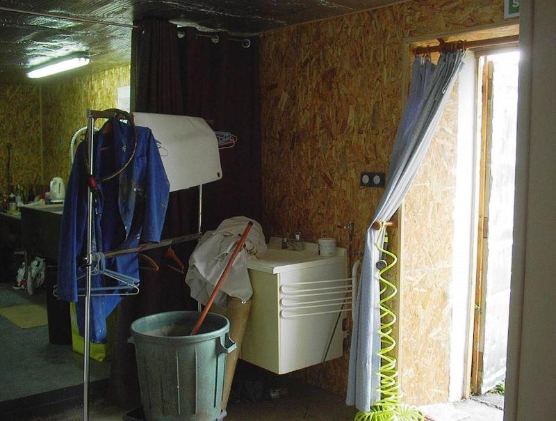 A droite de l'entrée l'évier de la cuisine, mais en fait on se sert de ceux du salon - salle a manger - cuisine
