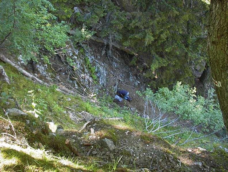 Creusement d'une poche à quartz à flan de montagne