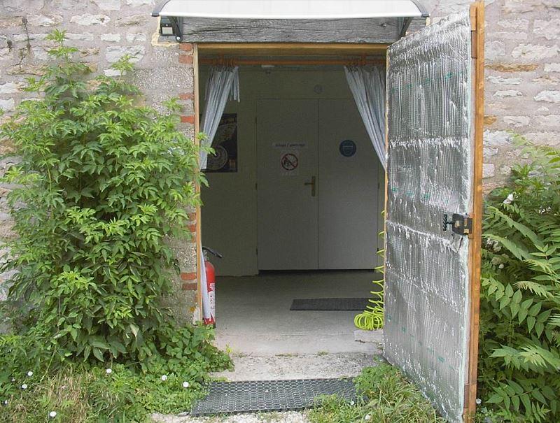 Apres l'entrée, à gauche les salles de dégagement, au milieu la salle de Sciage Polissage, à droite le salon - salle à manger - cuisine