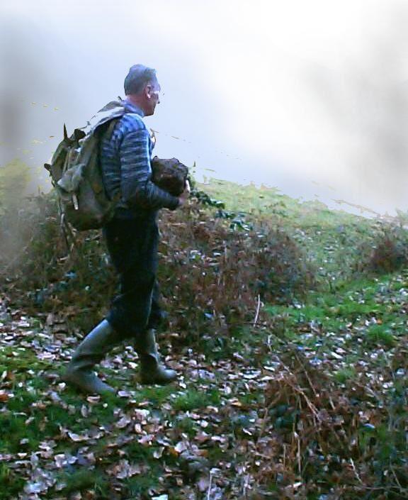 A Champrobert dans la Nièvre, un bloc de quartz dans les bras.